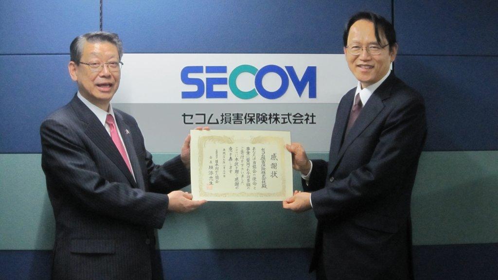 セコム損害保険・新川員利常務取締役(左)と日本対がん協会伊藤正樹事務局長(右)