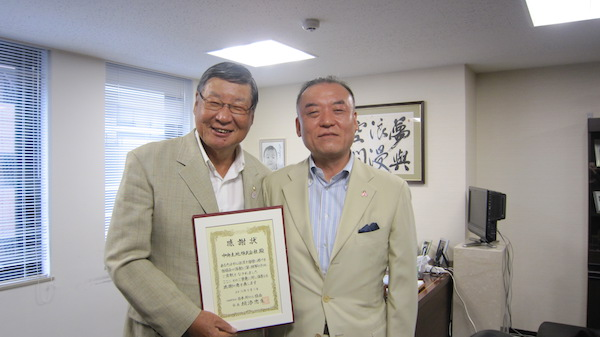 中央土地・勝田忠緒代表取締役社長(左)と日本対がん協会・塚本章人常務理事(右)